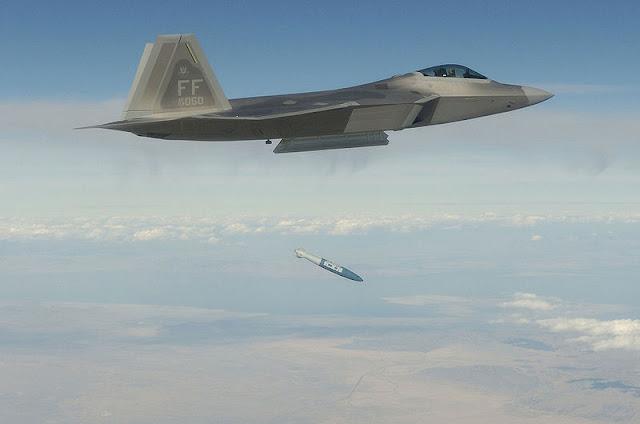 F-22 saat menjatuhkan bom