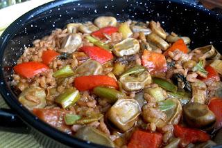 Habas con arroz, sofrito y verduras pochadas cocinadas con caldo vegetal