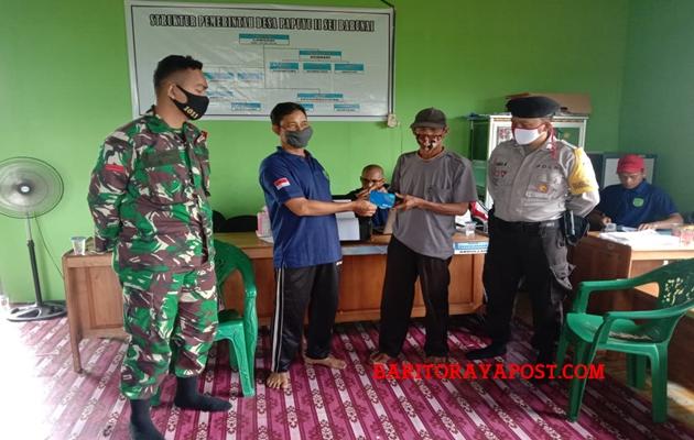Bhabinkamtib Monitoring Penyerahan Buku Rekening BLTDD Desa Sei Barunai