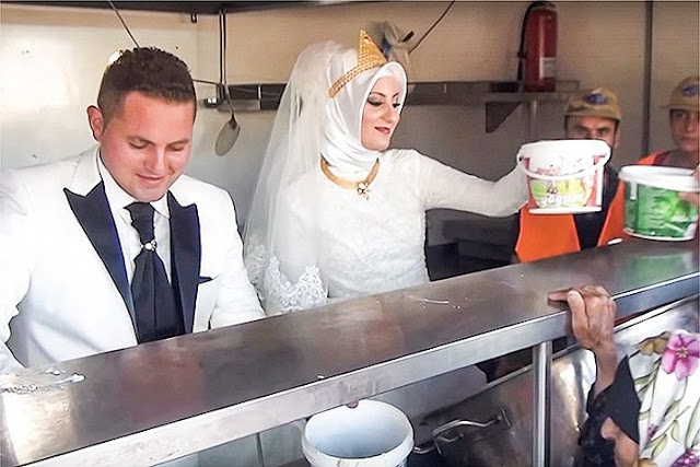 Вместо свадебного банкета, молодожены накормили 4000 беженцев