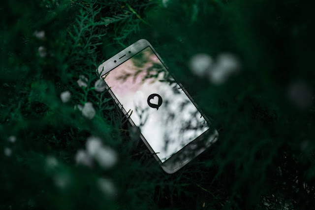 Online dating app on mobile phone:Photo by Pratik Gupta on Unsplash