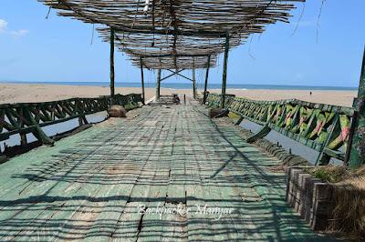 Jembatan kayu dipinggir Pantai Kayu Putih - Backpacker Manyar