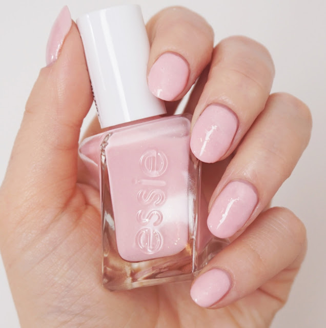 Essie - Blush Worthy (Bridal Collection 2017 by Gel Couture) Short Nails, Rosa mit goldenem Schimmer