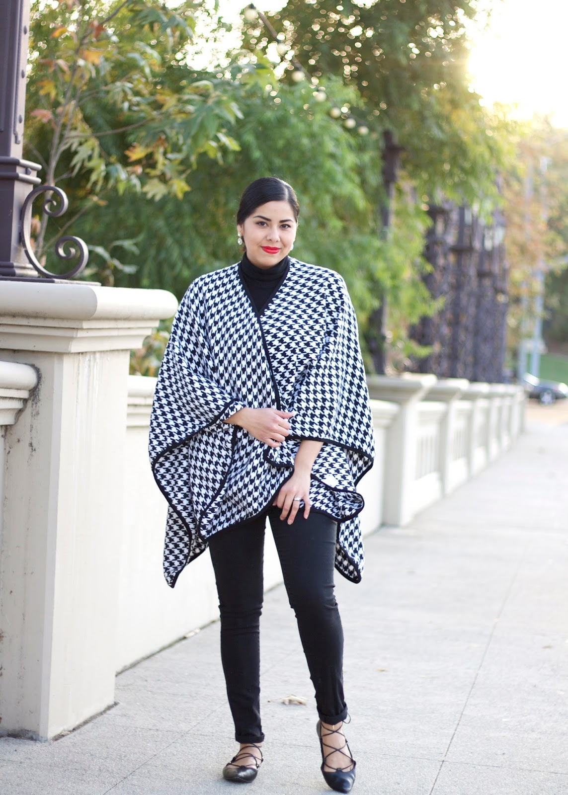 Holiday look 2015, shein houndstooth cape, shein houndstooth poncho, houndstooth outerwear, black and white look with red lips, latina fashion blogger