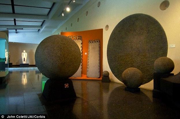 En total hay alrededor de 300 esferas de piedra, con un peso de hasta 15 toneladas. Una selección de las esferas de rocas antiguas (en la foto) se muestran en el Museo Nacional en San José, Costa Rica.