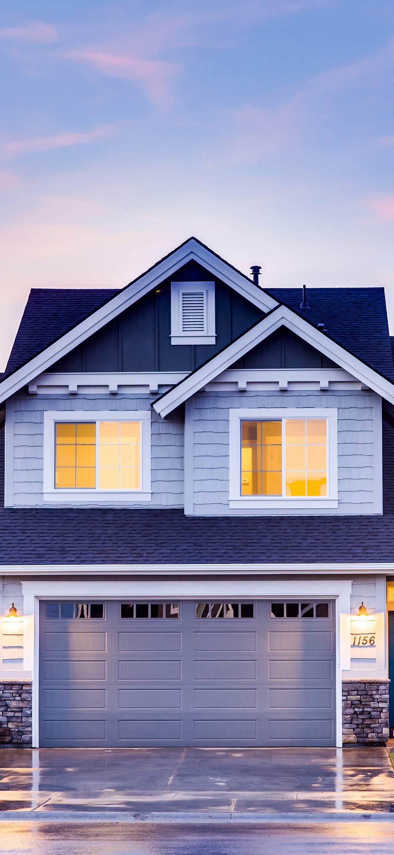 خلفية منزل خشبي بألوان كلاسيكية و نوافذ صفراء