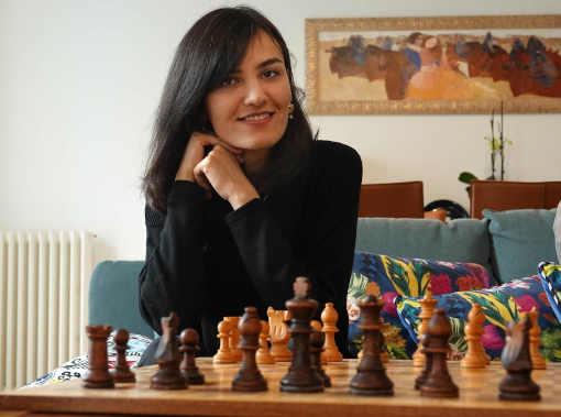 Mitra Hejazipour, grand maître des échecs, joue sans foulard, en femme libre