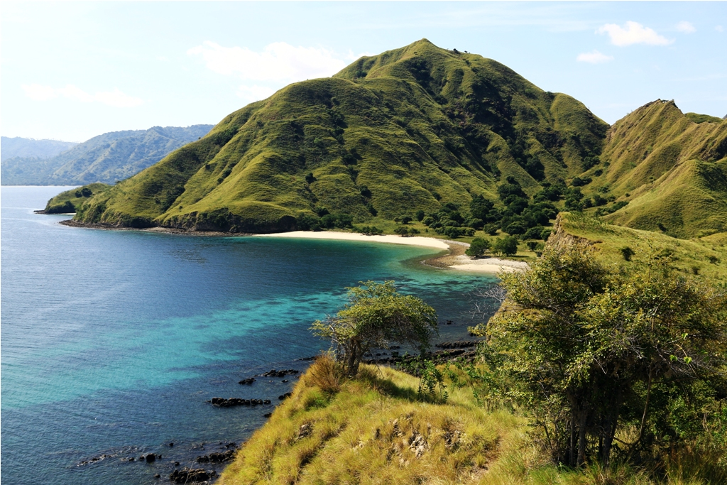 Sisi lain bukit Pink Beach ke arah daratan Pulau Komodo