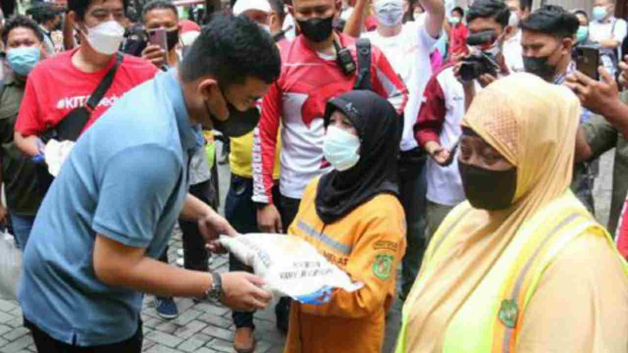 Wali Kota Medan Serahkan Bantuan  Kepada Petugas Kebersihan Dan Komunitas Masyarakat