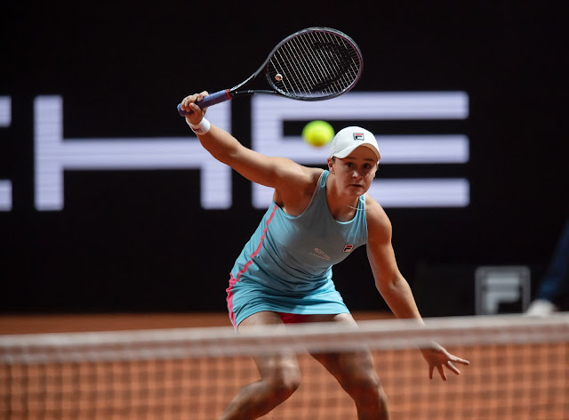 Tenista australiana Ashleigh Barty rebate bola com sua raquete no WTA 500 de Stuttgart