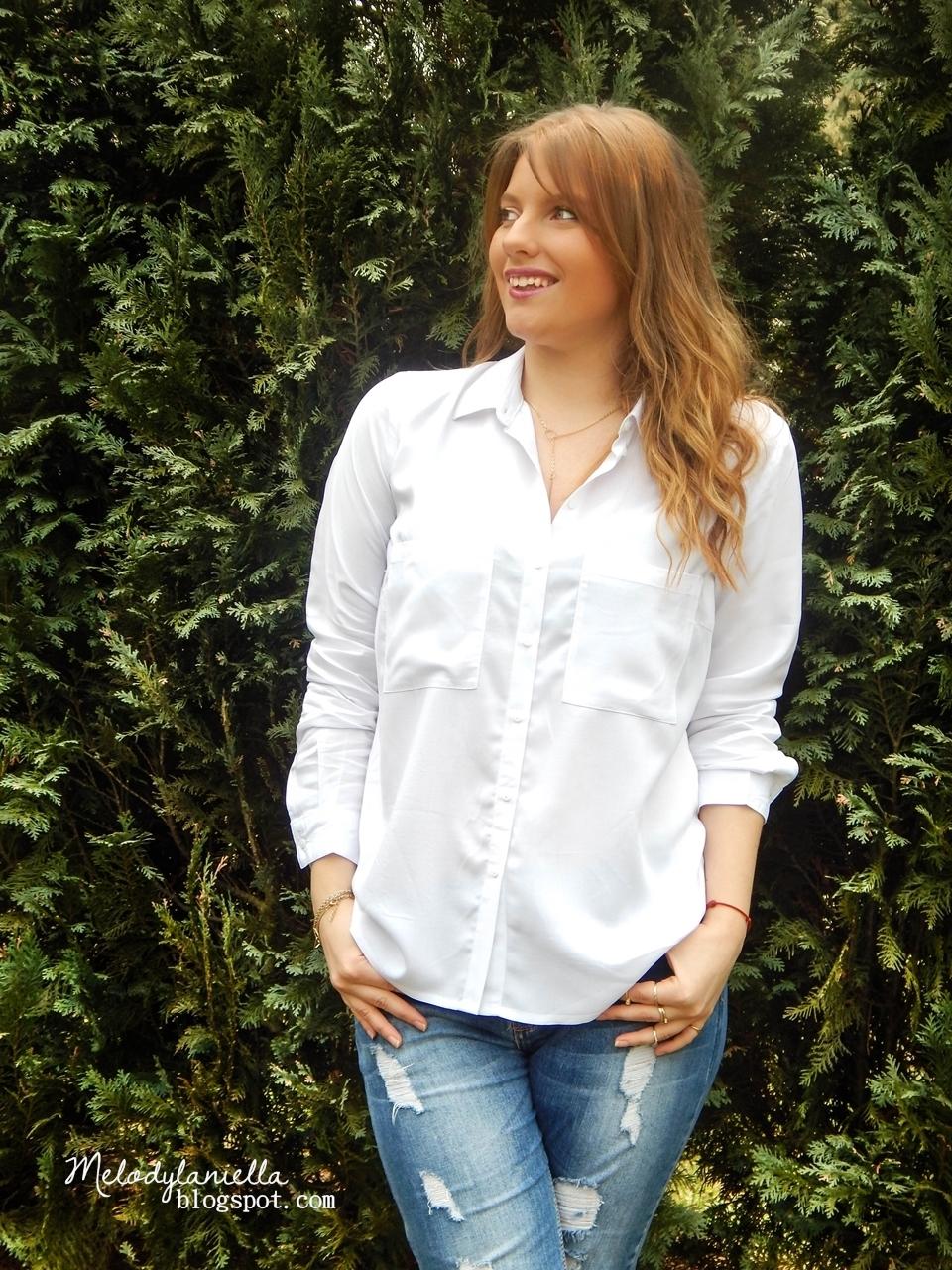 podarte jeansy bonprix biała koszula z długim rękawem i kieszeniami na guziki style fashion look elegancka