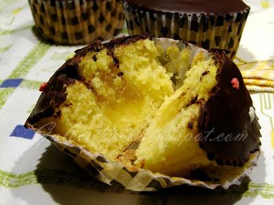 cupcakes de calabaza rellenos con cobertura de chocolate (foto del corte)