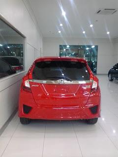 Honda Jatiraden , honda jazz berwarna merah tampak belakang