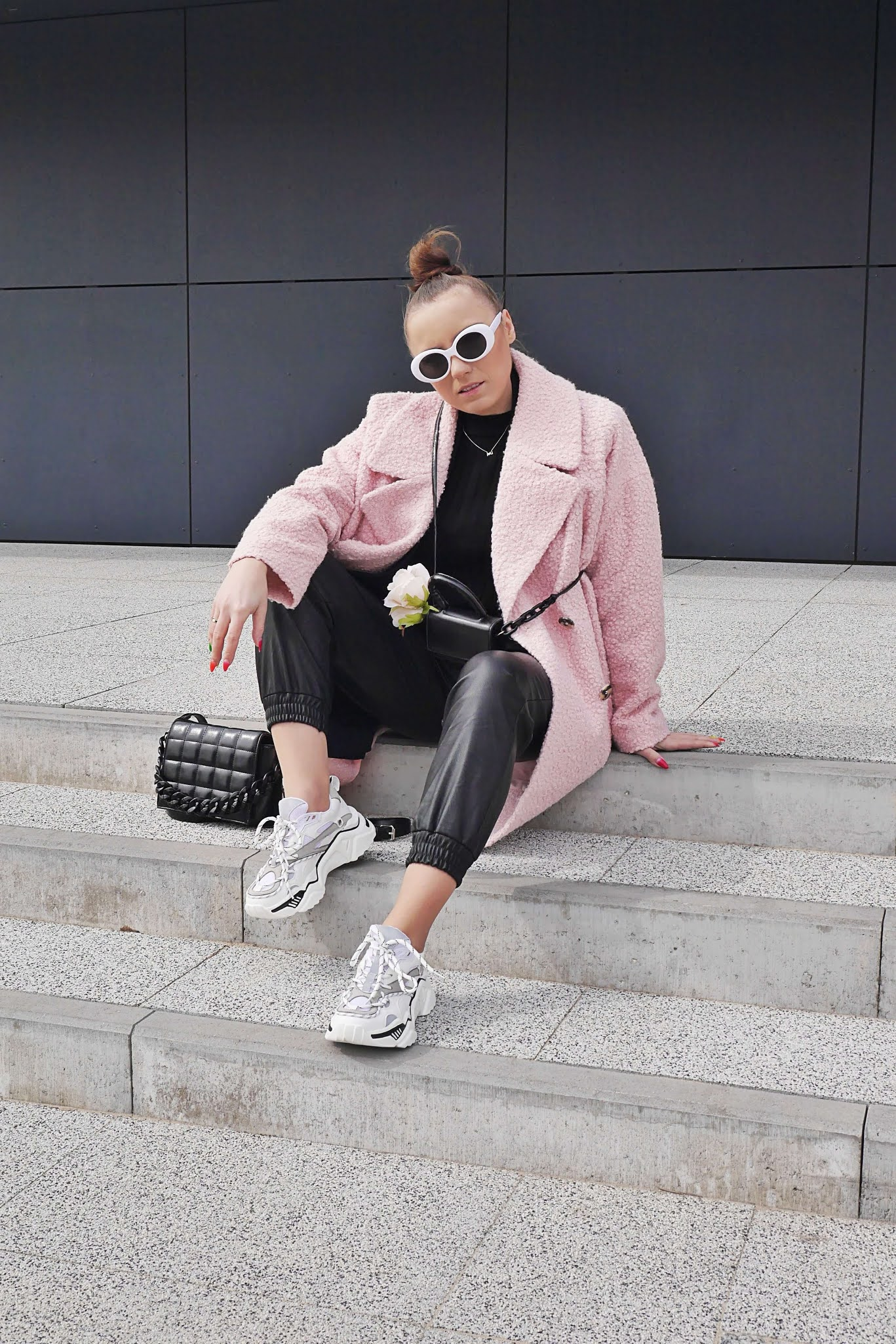 fashion blogger letaher jogger pants pink oversize coat blezer ugly shoes white ccc femme luxe outfit ootd spring look inspiration
