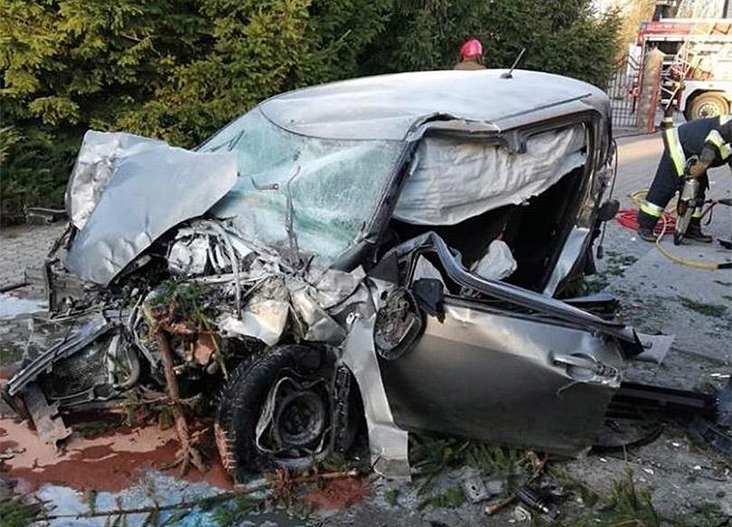 Πολωνία-Αυτοκίνητο-Εκτοξεύεται-στον-Αέρα-Μετά-από-Πρόσκρουση-σε-Κυκλικό-Κόμβο