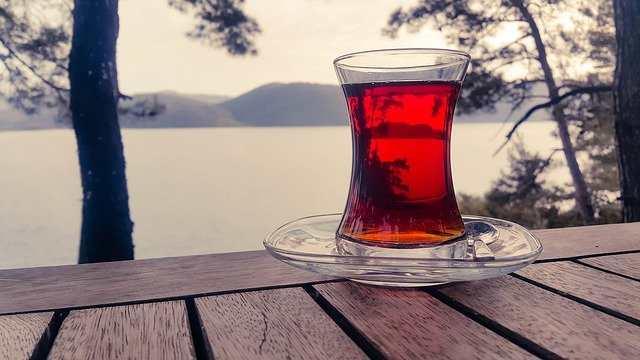 فوائد شاي الكركديه وكيفية استخدامه