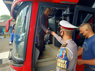 Sembari laksanakan Ops patuh lodaya 2021, Sat lantas Polres Ciko Bagikan Masker Gratis Kepada pengemudi dan penumpang bus