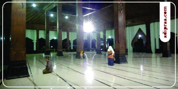 Serambi Masjid Agung Manunggal Bantul, Tampak Pintu Utama Masjid berbentuk Gunungan Wayang | adipraa.com