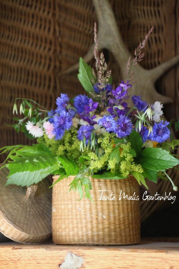 Strauß aus Gartenblumen und Bienenweide
