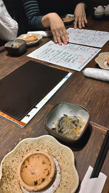テーブル席へ長崎市居酒屋の魚店亜紗 (うおだなあさ)がスーパーおすすめ!