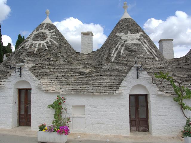 znaki na dachach domków Alberobello