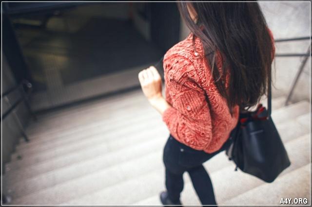 ảnh cô gái quay lưng bước đi