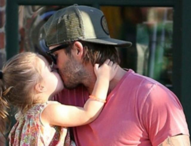 Бекхэм поцеловал 7-летнюю дочь в губы, и его поддержали тысячи отцов — фото
