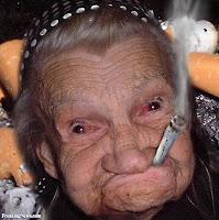 komik sigara içen yaşlı teyze