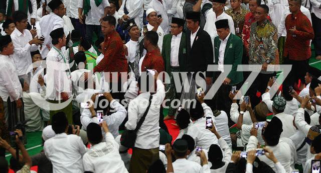 Jokowi Di Kawal Ketat Saat Temui Pendemo Dan Sholat Bareng Dengan Pendemo