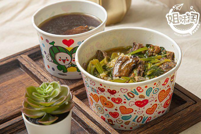 素食版本的羊肉燴飯香氣十足,招牌當歸湯中藥材香醇,在左營的平價素食料理-妙齋素食