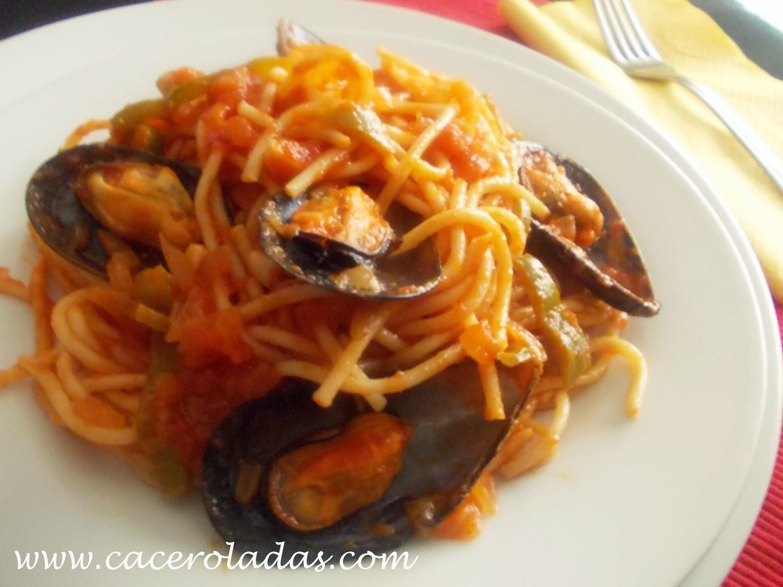 Espaguetis con mejillones y salsa de tomate caceroladas - Espaguetis con chirlas ...