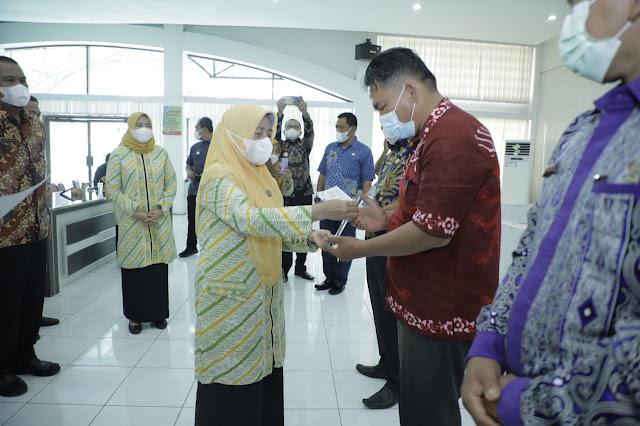 PT Inalum Persero Menyerahkan Hadiah kepada Desa Pemenang Lomba Potensi dan Inovasi Desa