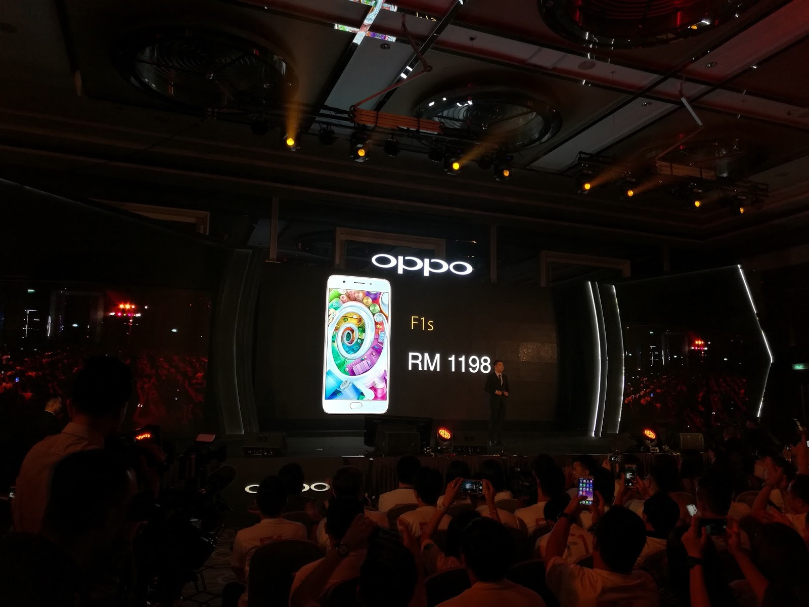 OPPO F1s es in two colors Gold and Rose Gold Both will be available at RM 1 198 nationwide from 20 August 2016 onwards