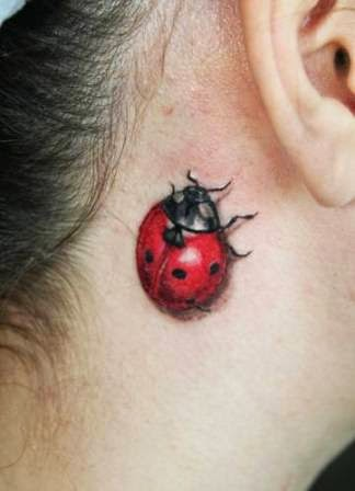 chica adolescente con tatuaje pequeño