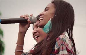 Dian Sorowea Saat Menyanyi