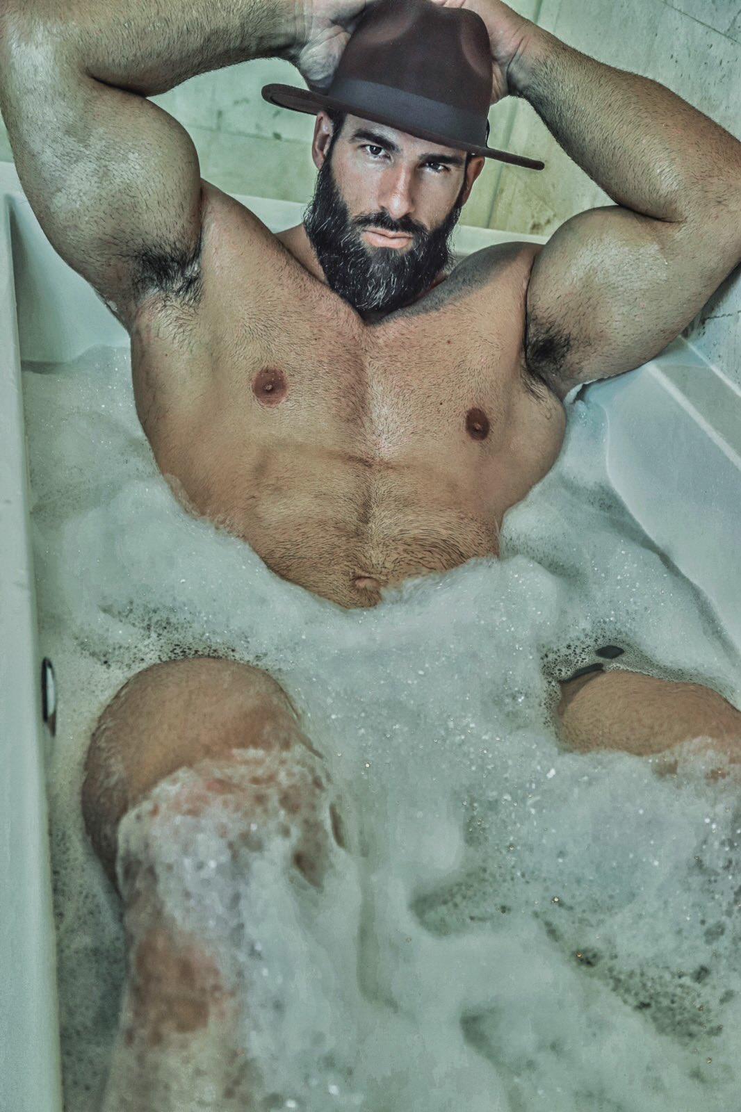 desnudo en la alberca hombre