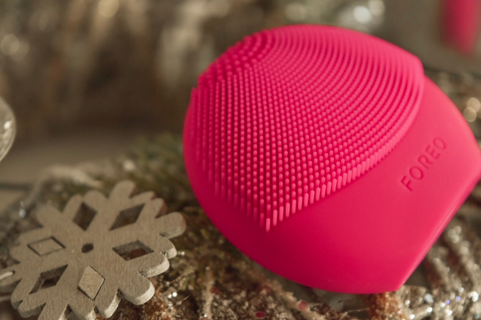 FOREO LUNA fofo fuschia and Christmas decorations