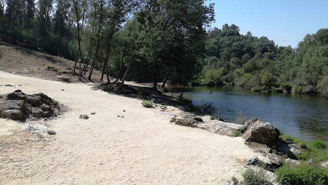 margem de areal Rio Cávado na Praia Fluvial de Verim