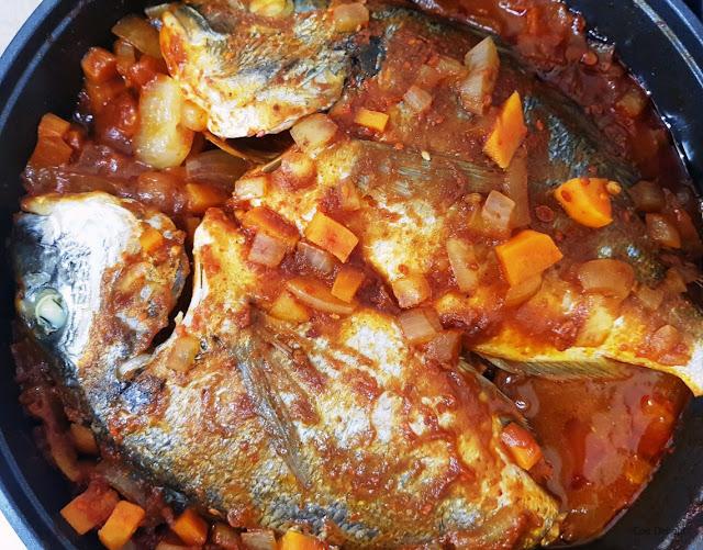 דגי דניס ברוטב עגבניות אדום