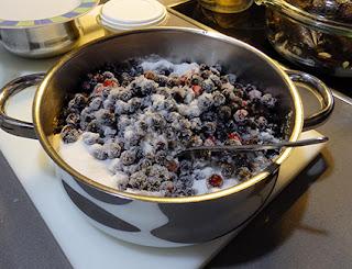 Grosellas en maceración con azúcar para hacer mermelada
