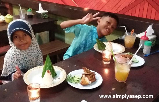 GLAD: Look at my two children Tazkia Putri (left) and her brother Mas Abbie Furqan (right) so happy to have dinner at Raja Uduk. They exclaimed. Photo of Asep Haryono