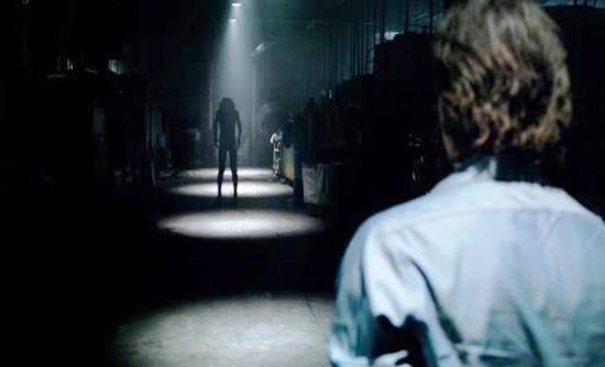 Ο τρόμος έρχεται όταν κλείνουν τα φώτα στο «Lights Out»