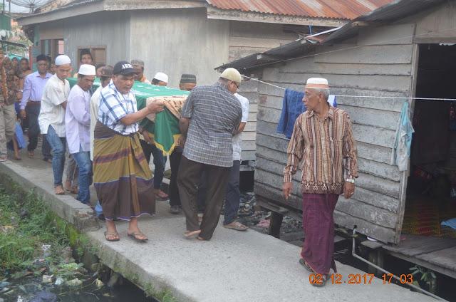 Warga membawa peti jenazah Samsuddin Tanjung
