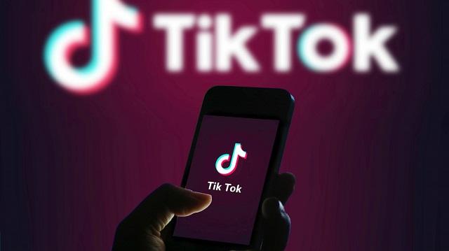 تيك توك يتنافس مع فيسبوك بشراسة