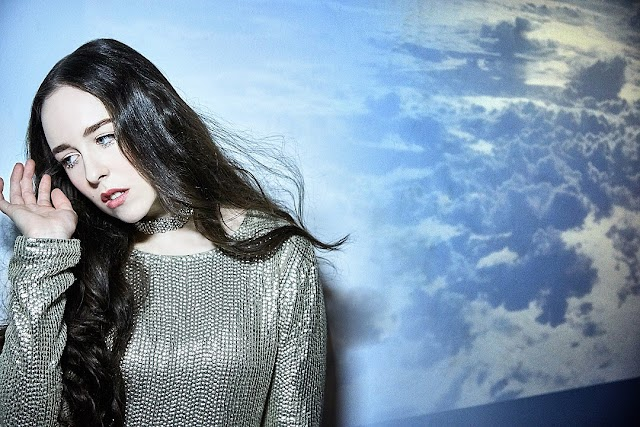 Como uma boa camaleoa do pop, Allie X retorna com o novo single 'Rings A Bell'