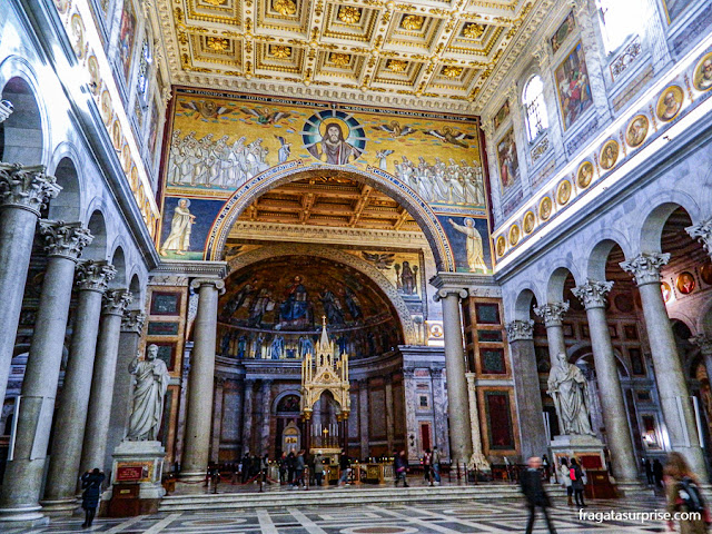Interior da Basílica de São Paulo Extramuros, em Roma
