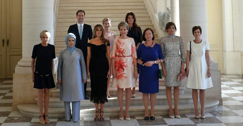 Fotografia oficial de grupo das mulheres e maridos dos líderes mundiais do G7, que se reuniram nas cimeiras da NATO