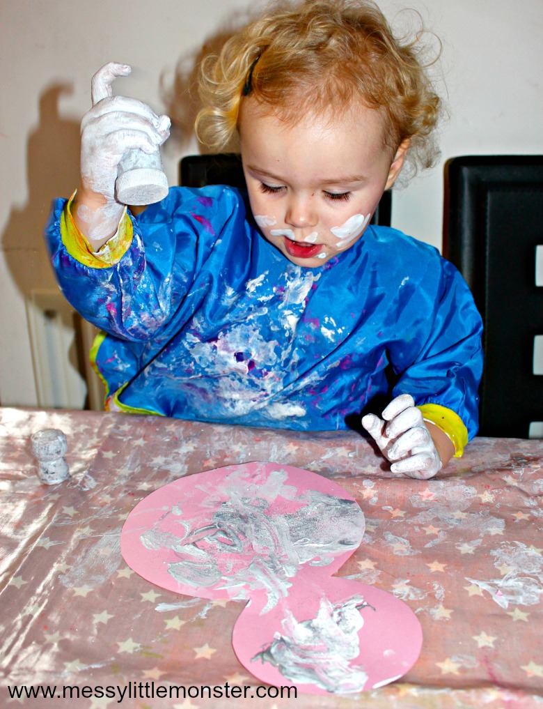 Easy Winter process art for toddlers and preschoolers. Painting with corks is a fun painting idea for kids.