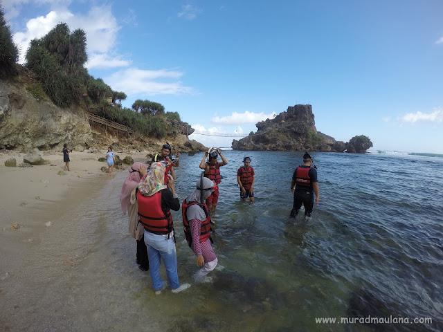 Teman MIP UGM Snorkeling Pantai Nglambor Gunungkidul