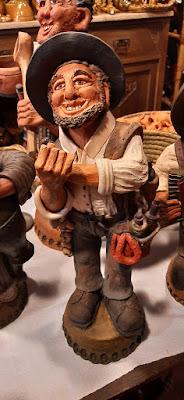 representação do português em artesanato de barro